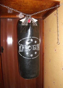 как повесить боксёрскую грушу в коридоре