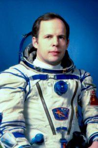 анатолий соловьев космонавт наибольшее число выходов в космос